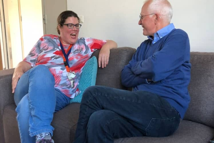 Dokter Frits met Jolanda op de bank