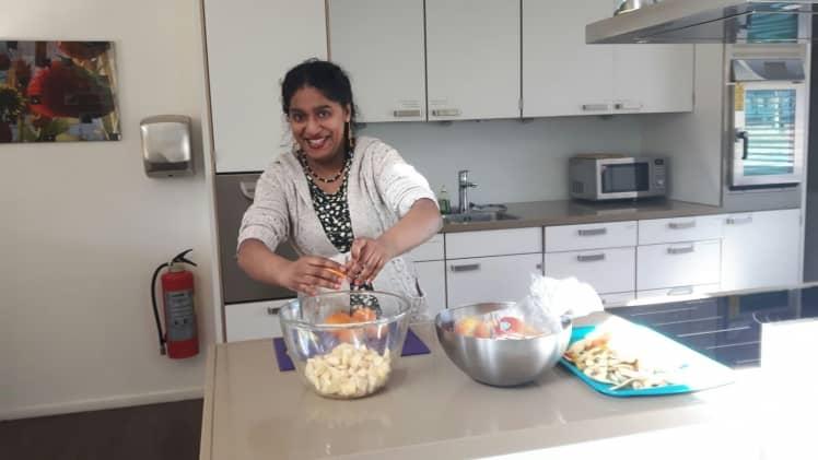 Mevrouw in de keuken aan het koken