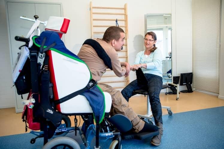 Man in rolstoel aan het sporten