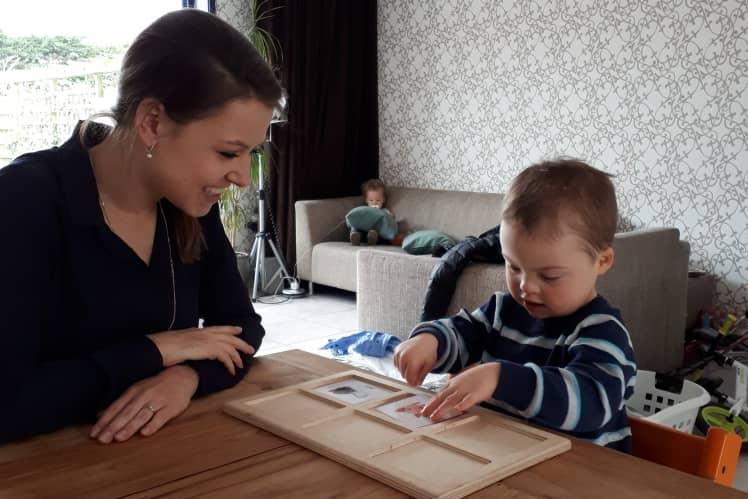 Kinderen en ouders in een kring