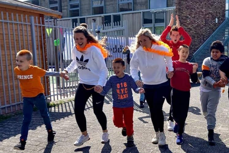 Begeleiders met kinderen tijdens sponsorloop